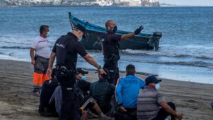 Une embarcation de fortune de migrants arrêtée par la Guardia Civile espagnole, sur l'île de Grande Canarie.