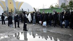 Эвакуация лагеря мигрантов на севере Парижа, 9 мая 2017.