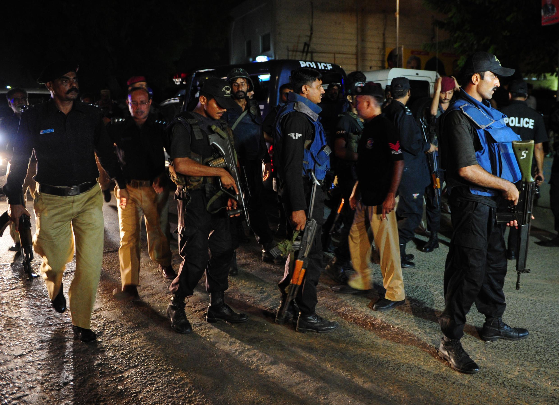 Kikosi cha polisi ya usalama kikiwa nje ya uwanja wa ndege wa Karachi baada ya kuzimwa kwa shambulio la watu waliokuwa na silaha Jumapili Juni 8, mwaka 2014