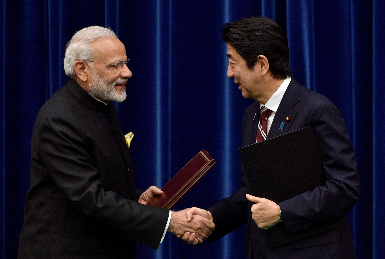 Thủ tướng Ấn Độ Narendra Modi (trái) và thủ tướng Nhật Shinzo Abe tại cuộc họp thượng đỉnh song phương ở Tokyo, ngày 11/11/2016.