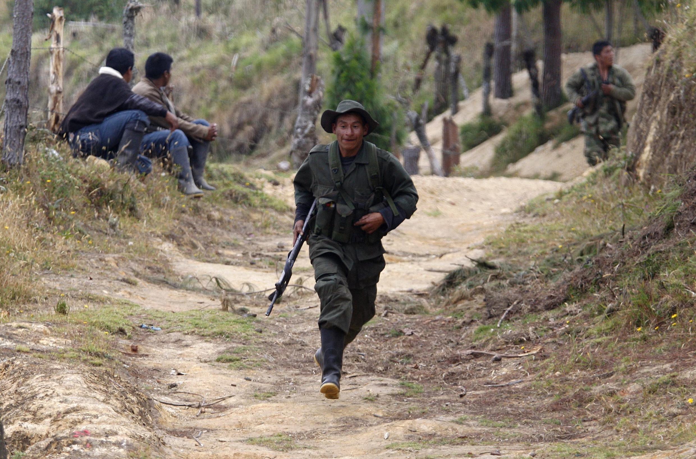 Un miembro de las FARC, durante un enfrentamiento con el Ejército colombiano en las montañas de Jambalo, departamento de Cauca, el 12 de julio de 2012.