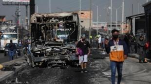 La carcasse d'un bus incendié lors de violentes émeutes après la mort d'un homme victime d'une bavure policière, à Bogota, le 10 septembre 2020.
