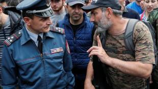 Nikol Pachinian lors du rassemblement de ses soutiens place de République à Erevan dimanche 29 avril 2018.