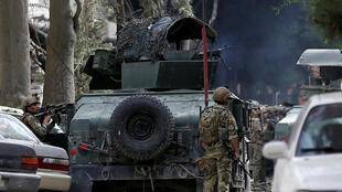 As forças se segurança afegãs se posicionam durante ataque contra sede de ONg norte-americana em Cabuil, em 8 de maio de 2019.