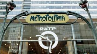 Le logo du métro parisien a le visage d'une femme. (Image d'illustration)