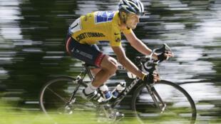 Lance Armstrong trong chặng đua 204 km nhân vòng đua Tour de France lần thứ 17 - ảnh chụp hôm 22/07/2004 (REUTERS)
