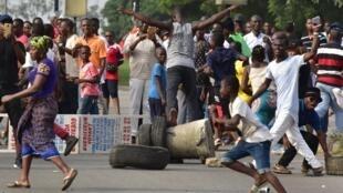Des souscripteurs aux compagnies d'agrobusiness manifestent dans les rues d'Abidjan, le 18 février 2017.
