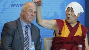 Далай-лама и комиссар Совета Европы по правам человека Нил Муйжниекс, Дворец Европы, Страсбург, 15 сентября 2016 г.