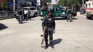Des policiers afghans sur le lieu d'une explosion à Kaboul, le 9 mai 2018.