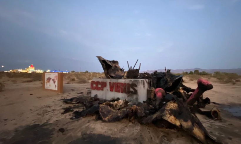 美国南加州自由雕塑公园的中共病毒雕像遭烧毁