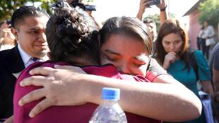 Imelda Cortez se abrazó con su madre tras ser absuelta en Usulután, El Salvador, el 17 de diciembre de 2018.