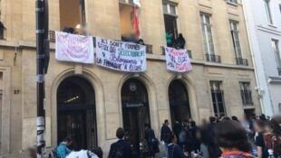 Un centenar de estudiantes se concentraron por la mañana frente al establecimiento, algunos para ir a clases, otros en solidaridad con sus compañeros.