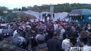 網友拍攝的擠滿警車與示威民眾的海門高速公路實況,2011年12月20日。