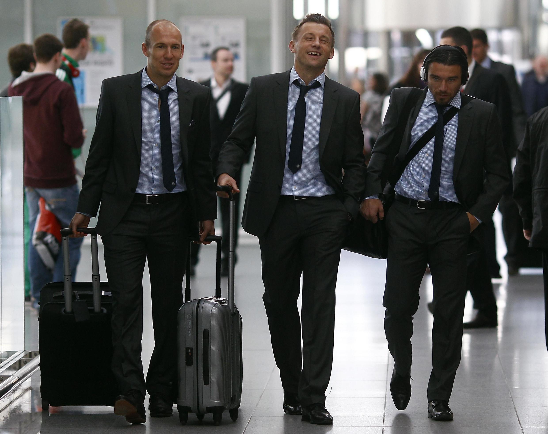 'Yan wasan Bayern Munich  Arjen Robben da Ivica Olic da Danjel Pranjic  a lokacin da zasu hau jirgi zuwa kasar Faransa domin karawa da kungiyar  Marseille a gasar Zakarun Turai.