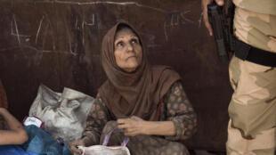 Une Irakienne ayant fui la Vieille ville de Mossoul, attend d'être relogée, le 8 juillet 2017.