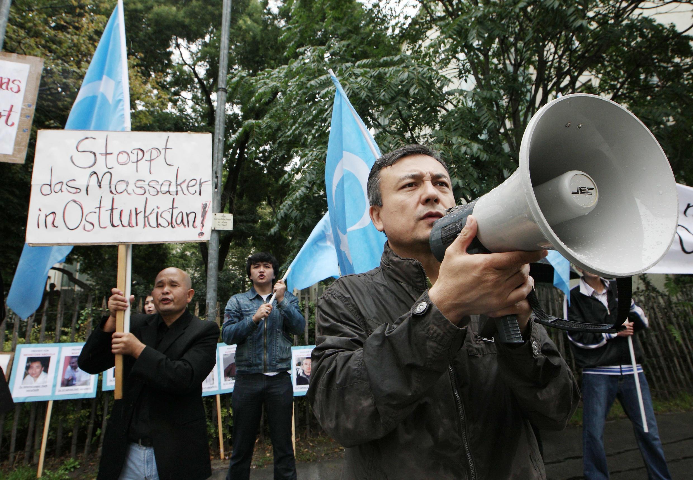 Các nhà hoạt động biểu tình trước đại sứ quán Trung Quốc ở Vienna ngày 01/08/2011, phản đối chiến dịch đàn áp người Duy Ngô Nhĩ ở Tân Cương.