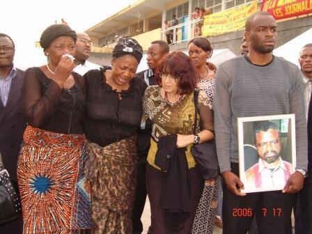 Des proches du journaliste Bapuwa Muamba, tué en juillet 2006. Il est l'un des dix journalistes tués en RDC en 15 ans, recensés par l'ONG Journalistes en danger.
