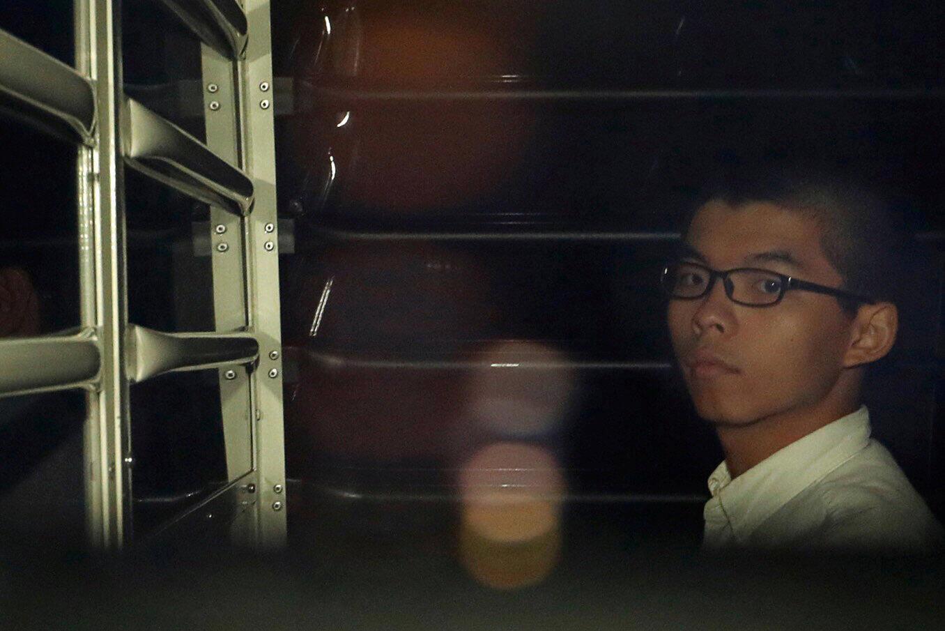 Lãnh tụ sinh viên Hồng Kông Hoàng Chi Phong trong xe chở tù nhân, ngày 24/08/2017.