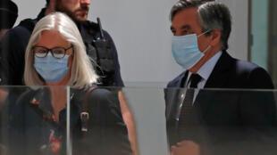 فرانسوا فیون، نخست وزیر پیشین فرانسه، و همسرش پنهلوپ فیون هنگام ورود به تالار دادگاه کیفری پاریس ـ ٢٩ ژوئن ٢٠٢٠/ ٩ تیر ١٣٩٩