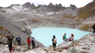 Des gens se tiennent devant les restes du glacier Pizol, le 22 septembre 2019.