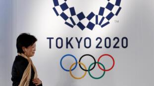 A governadora de Tóquio, Yuriko Koike, diante do emblema dos Jogos Olímpicos de 2020.