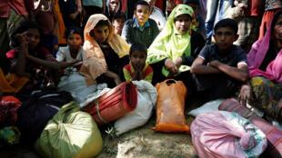 'Yan kabilar Rohingya da ke gudun hijira yayin dakon shiga sansanin Kutupalang da ke kasar Bangladesh
