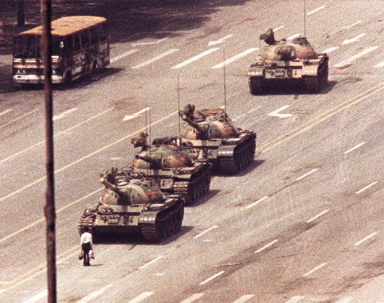 Мужчина с авоськами сдерживает колонну танков на площади Тяньаньмэнь, июнь 1989 года