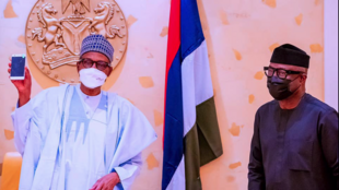 Shugaba Muhammadu Buhari da Ministan masana'antu Otunba Niyi Adebayo lokacin gabatar da wayar salular da akakera a Najeriya