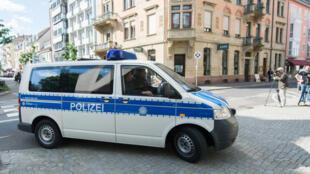 Un fourgon de la police allemande en patrouille à Karlsruhe.