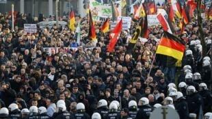 Biểu tình tại Cologne theo kêu gọi của đảng bài Hồi giáo PEGIDA, tố cáo hành vi phạm pháp người nhập cư nhân ngày lễ cuối năm. Ảnh 09/01/2016.
