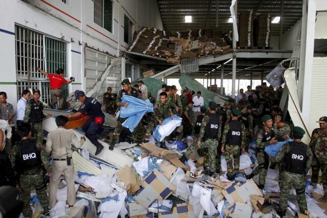 Desabamento de uma fábrica de sapatos em Kampong Speu, no sul do Camboja.