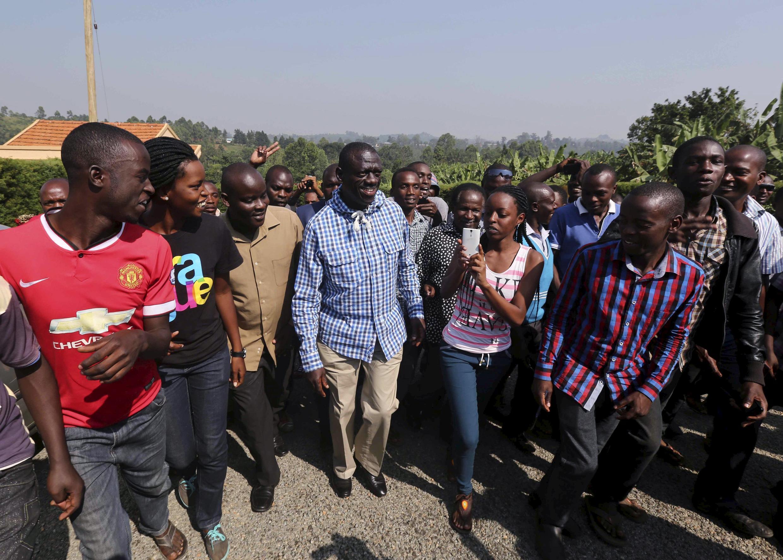 Kiongozi wa upinzani Dr. Kizza Besigye akiwa na wafuasi wake kwenye eneo la Rukungiri, jijini Kampala, 18 fébruary 2016