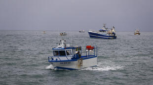 Barcos de pesca ao largo de Jersey.