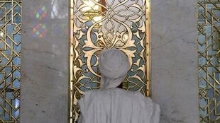Un adepte de la confrérie soufi Tijaniyya se recueille en souvenir du cheikh Sidi Ahmed al-Tijani, le fondateur du soufisme. (Photo d'illustration)