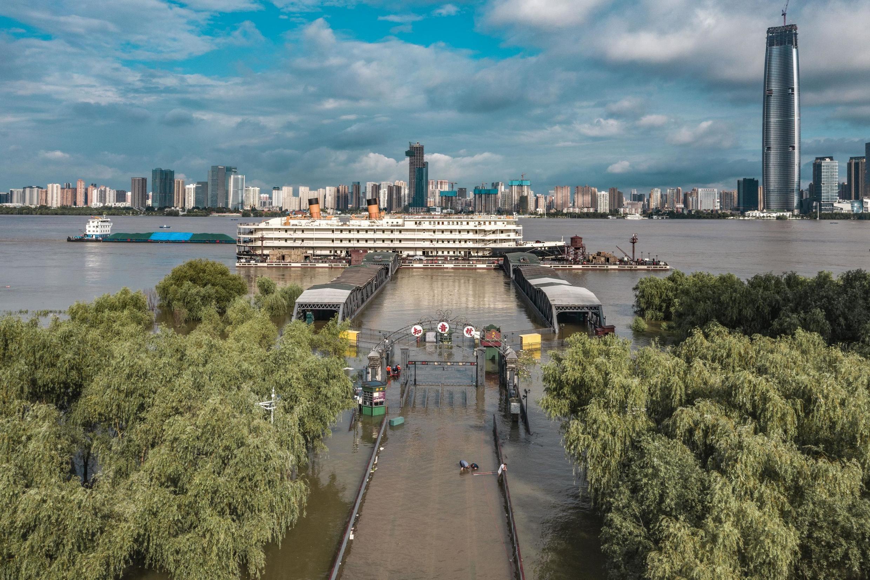Les voies inondées menant aux docks de Wuhan, au bord du fleuve Yangtsé, après les pluies saisonnières dans la capitale provinciale du Hubei au centre de la Chine, le 8 juillet 2020.