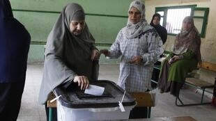 Egípcia vota no Cairo, capital do país.