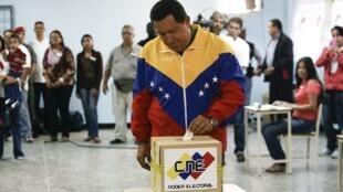 Shugaba Hugo Chávez na Venezuela yayin da yake kada kuri'a