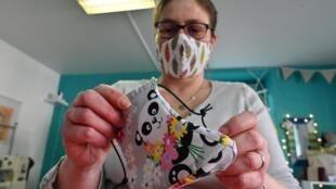 2020年4月23日在里昂附近的圣洛朗·德阿格尼,一位在家制作口罩的妇女。