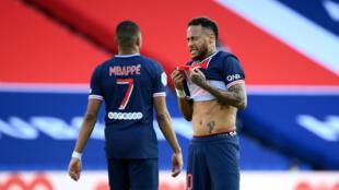 Les attaquants du PSG Kylian Mbappé et Neymar lors du match perdu contre Lille, le 3 avril 2021 au Parc des Princes