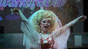 """Yan Anyu o """"Miss Crema"""", en su presentación como drag queen, el 13 de junio de 2020 en un bar de Shanghái"""