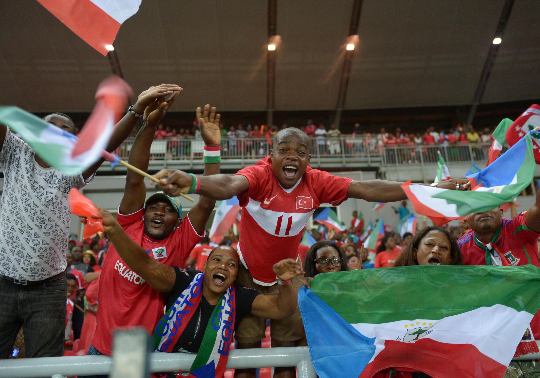 Les supporters du Nzalang équato-guinéen exultent à l'Estadio de Bata, le 25 janvier, après la qualification de leur équipe pour les quarts de finale de la CAN 2015.