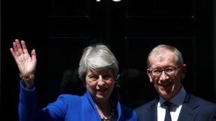 Theresa May acena para a multidão ao lado de seu marido Philip após seu último discurso no número 10 de Downing Street, o endereço oficial dos premiês britânicos. 24.07.2019