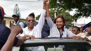 La candidate Maryse Narcisse et l'ancien président Jean-Bertrand Aristide. Port-au-Prince, le 29 août 2016.