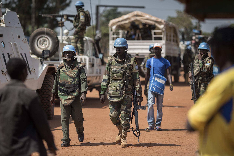 Des soldats sénégalais de la Minusca patrouillent dans les rues de Bangui, le 10 décembre 2015, deux jours après des affrontements sporadiques qui ont suivi l'annonce de l'éviction de l'ex-président Bozizé des élections en Centrafrique.