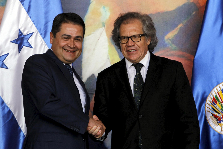 El presidente hondureño Juan Orlando Hernández y el secretario general de la OEA Luis Almagro, este 8 de agosto en Tegucigalpa.