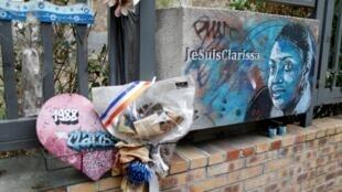 Sur cette photo prise le 31 août 2020, l'hommage à la policière Clarissa Jean-Philippe tuée à Montrouge. Le procès des attentats s'est ouvert le 2 septembre à Paris.