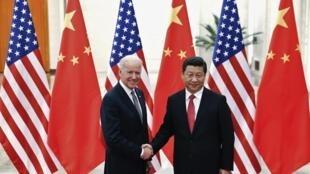 Phó Tổng thống Mỹ Joe Biden (trái) và Chủ tịch Trung Quốc Tập Cận Bình, Bắc Kinh, 04/12/2013.