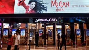 Varias personas compran entradas para la película Mulan de Disney en un centro comercial en Bangkok, Tailandia, el 8 de septiembre de 2020