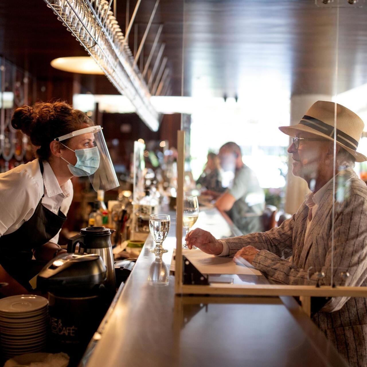 Covid-19: Montréal et Québec, en alerte rouge, ferment bars et restaurants  pour un mois