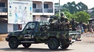 Une patrouille de militaires guinéens dans une banlieue de la capitale Conakry, en novembre 2010.